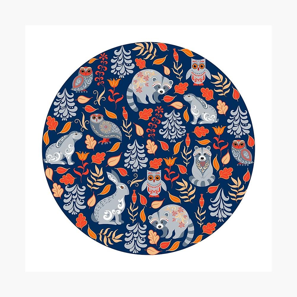 Märchenwald mit Waschbären und Hasen, Weißtannen, Blumen und Kräutern. Fotodruck