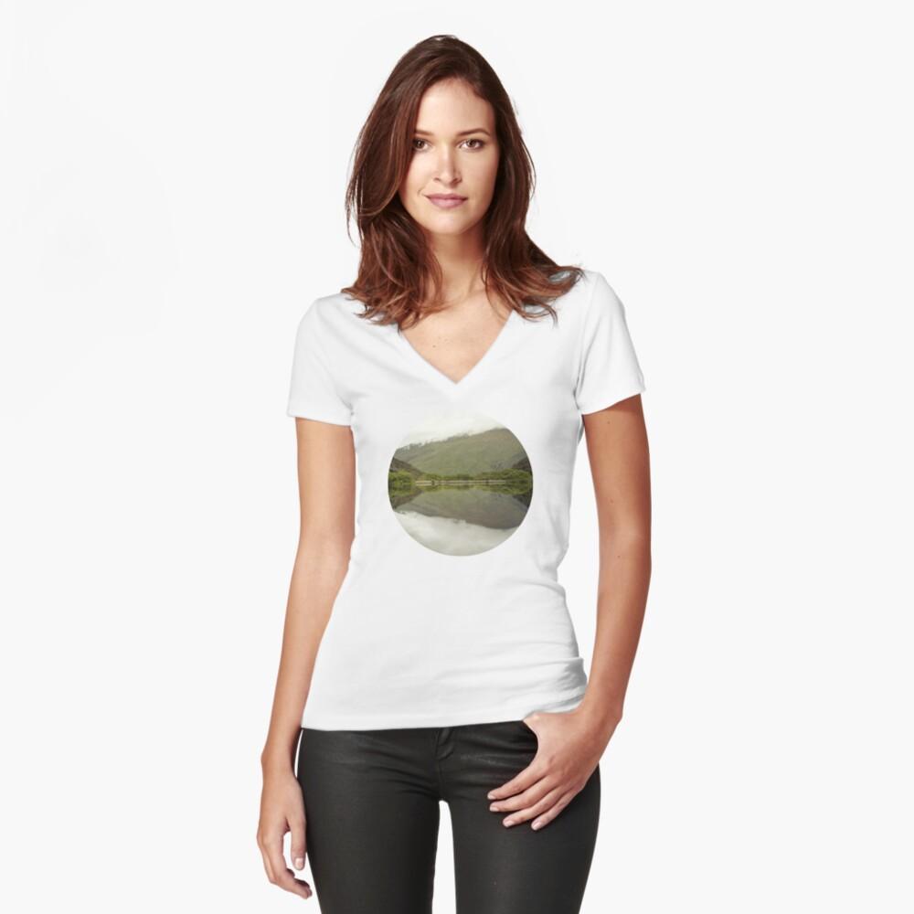 Reflexionen von Diamond Lake Tailliertes T-Shirt mit V-Ausschnitt