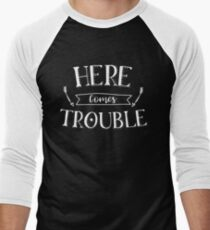 Here Comes Trouble  Men's Baseball ¾ T-Shirt
