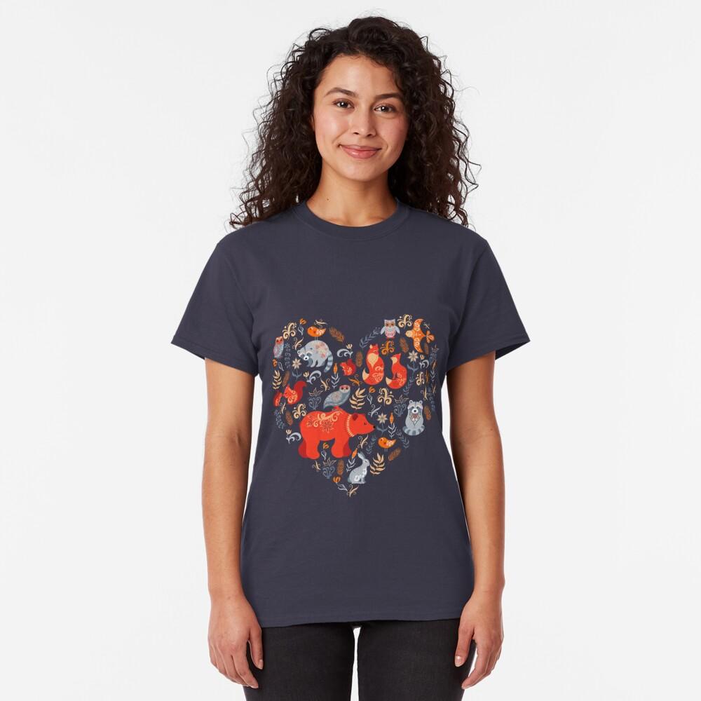 Bosque de cuento de hadas. Fox, oso, mapache, búhos, conejos, flores y hierbas sobre un fondo azul. Camiseta clásica