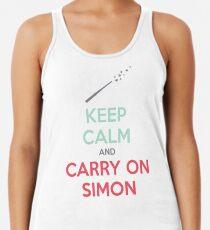 Bleib ruhig und mach Simon weiter (Mehrfarbiger Text) Racerback Tank Top