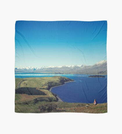 Sie fühlte sich im Lake Tekapo winzig Tuch