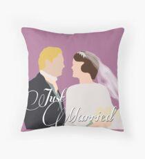 """DA: Mary e Matthew """"Just Married"""" Throw Pillow"""