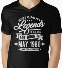 Camiseta para hombre de cuello en v Legends born in may 1980