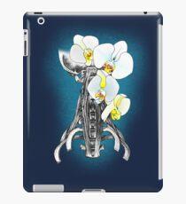 Hals mit weißer Orchidee iPad-Hülle & Skin