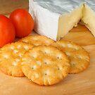 Crackers 'n cheese by Arve Bettum