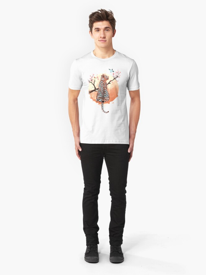 Vista alternativa de Camiseta ajustada Tigre en el árbol de sakura