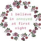 «Creo en molesto a primera vista» de MayaTauber