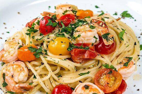 Seafood. Spaghetti pasta with prawns by eyeconart