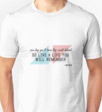 Camiseta ajustada Un homenaje a AVICII (cita)