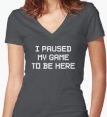 Camiseta entallada de cuello en V Pausé mi juego para estar aquí