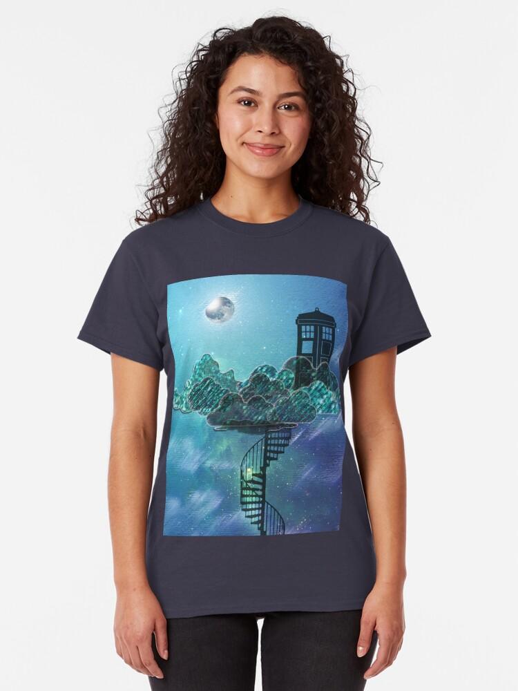 Vista alternativa de Camiseta clásica Caja azul en el cielo victoriano