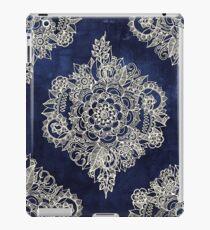 Creme marokkanisches Blumenmuster auf tiefe Indigo-Tinte iPad-Hülle & Klebefolie