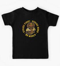 Cobra Kai - Strike First - Strike Hard - Keine Gnade - HD Distressed Variante Kinder T-Shirt