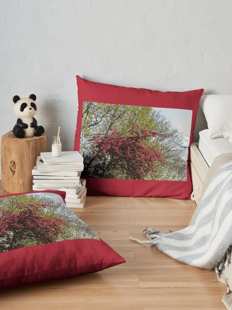Alternative Ansicht von Baum mit roten Blüten Bodenkissen