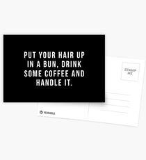 Setzen Sie Ihr Haar in ein Brötchen, trinken Sie etwas Kaffee und behandeln Sie es. Postkarten