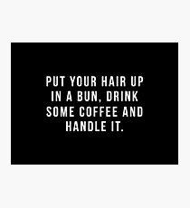 Lámina fotográfica Poner el cabello en un moño, beber un poco de café y manejarlo.