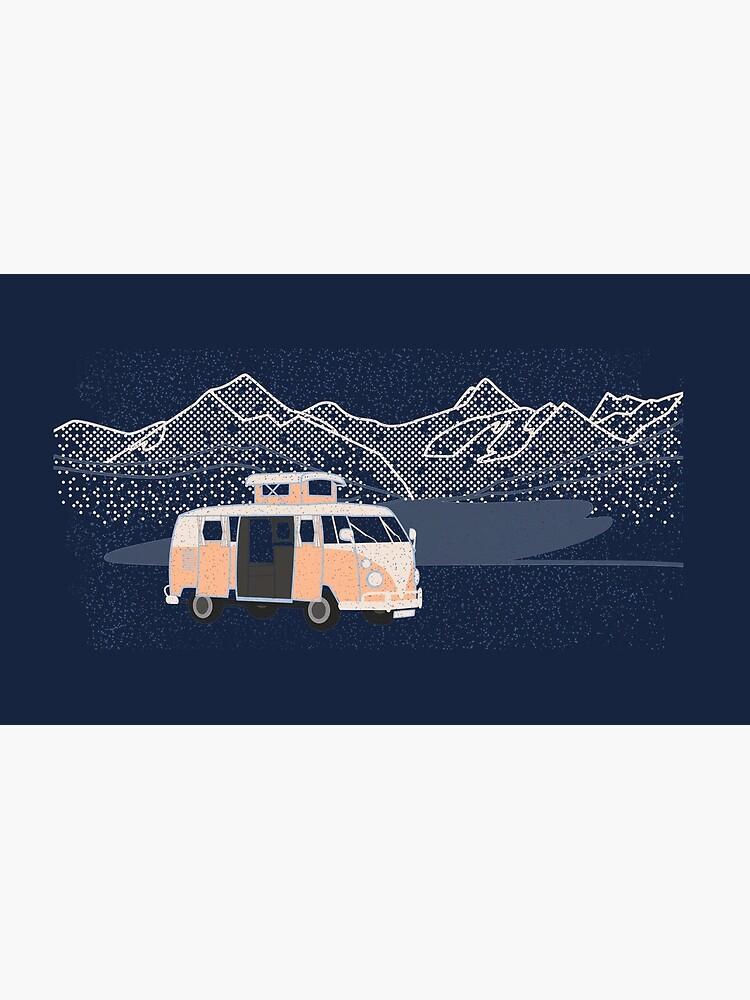 Autocaravana con lago y montañas de fundog