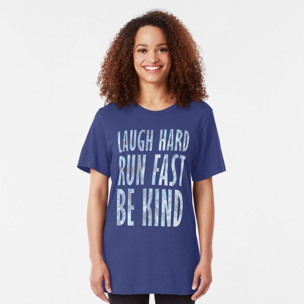 Lach hart. Schnell rennen. Sei freundlich. Slim Fit T-Shirt