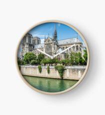 Kathedrale von Notre Dame in Paris und in der Seine Uhr