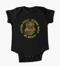 Cobra Kai - Strike First - Strike Hard - Keine Gnade - HD Distressed Variante 2 Kurzärmeliger Einteiler