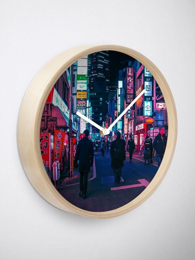 Alternative Ansicht von Machen Sie einen Spaziergang unter dem Neon Uhr