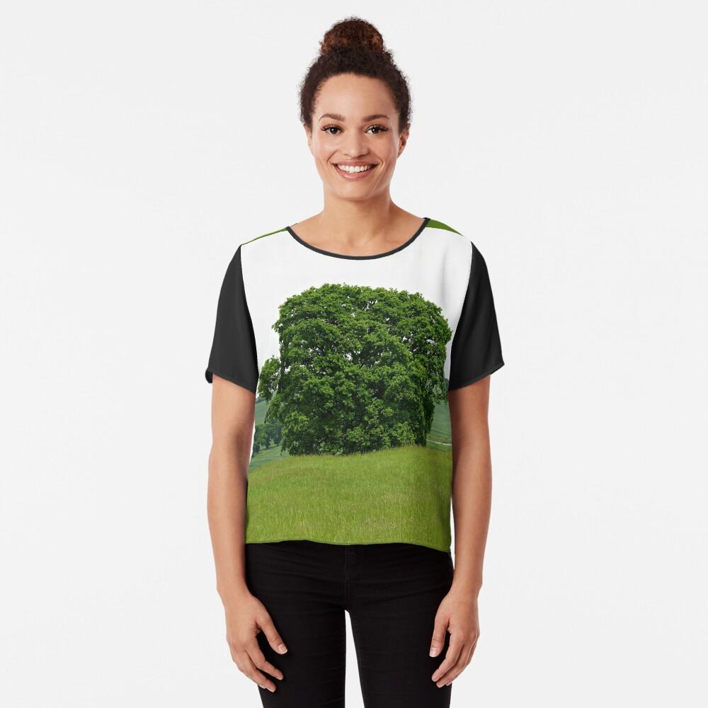 Hillside View - Einsamer Baum Chiffon Top