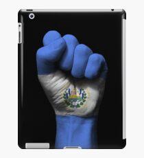 Vinilo o funda para iPad Bandera de El Salvador en un puño cerrado