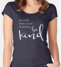 In einer Welt, in der du alles sein kannst, sei freundlich Tailliertes Rundhals-Shirt