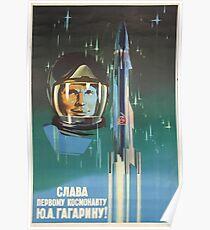 """""""Ehre sei dem ersten Kosmonauten Yuri Gagarin!"""" Retro-1960 UdSSR Space-Race Propaganda Poster von Kosmonauten Yuri Gagarin im Raum Poster"""