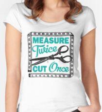 Camiseta entallada de cuello redondo El lema de costura, confección y acolchado mide dos veces
