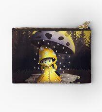 Pilz unter dem Regenschirm Studio Clutch