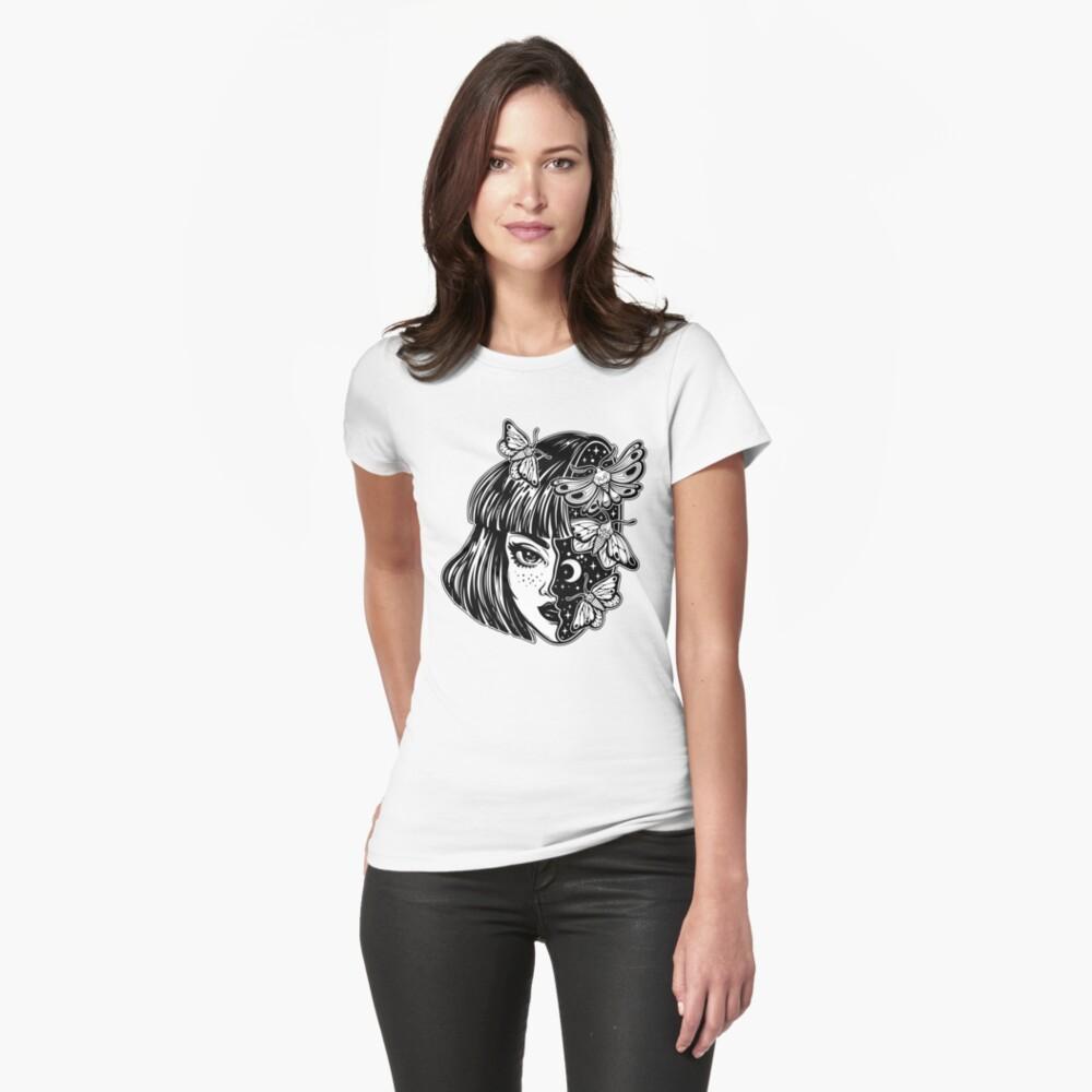 Porträt des magischen surrealen Hexenmädchens mit einem Kopf als nächtlichem Himmel voll der Mottenschmetterlinge. Tailliertes T-Shirt