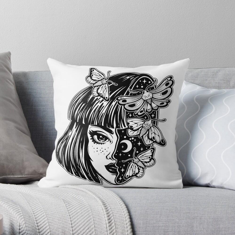 Porträt des magischen surrealen Hexenmädchens mit einem Kopf als nächtlichem Himmel voll der Mottenschmetterlinge. Dekokissen