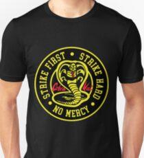 Cobra Kai Strike Hard Strike Zuerst keine Gnade Unisex T-Shirt
