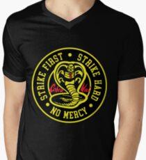 Cobra Kai Strike Hard Strike Zuerst keine Gnade T-Shirt mit V-Ausschnitt