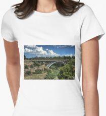 Castlewood Schlucht-Brücke Tailliertes T-Shirt für Frauen