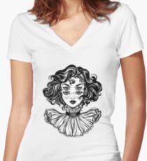 Camiseta entallada de cuello en V Retrato gótico de la cabeza de la muchacha de la bruja con el pelo rizado y cuatro ojos.
