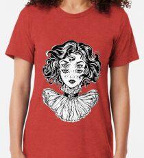 Gotisches Hexemädchen-Kopfporträt mit dem gelockten Haar und vier Augen. Vintage T-Shirt