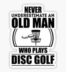 Pegatina Nunca subestime a un anciano que juega Disc Golf V5
