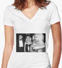 Göttlich trifft Trumpf Tailliertes T-Shirt mit V-Ausschnitt