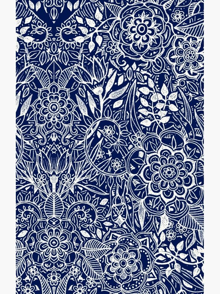 Patrón floral detallado en blanco en azul marino de micklyn