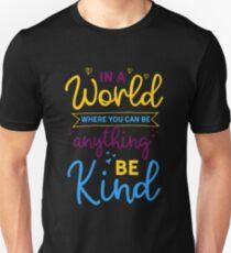 In einer Welt, wo du alles sein kannst, sei nett Slim Fit T-Shirt