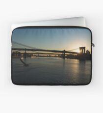 Funda para portátil Soaring - Brooklyn Bridge Amanecer con una gaviota