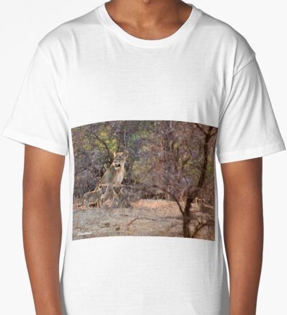 LAST LIGHT MOTHER AND CUBS - THE LION – Panthera leo Long T-Shirt