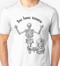 In hunc intuens Unisex T-Shirt