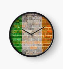 Reloj Bandera de Irlanda en una vieja pared de ladrillo