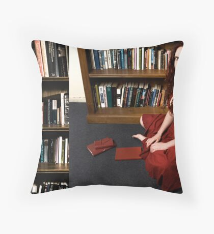 I dream of red letters and snakes Throw Pillow