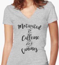 Camiseta entallada de cuello en V Motivado por la cafeína y los caninos: para los amantes del café y los perros