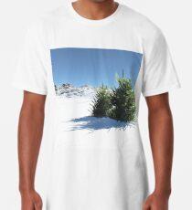 Schnee bedeckt im Sommer mit Bäumen Longshirt